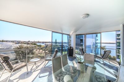 A beautiful waterfront apartment with spectacular views!