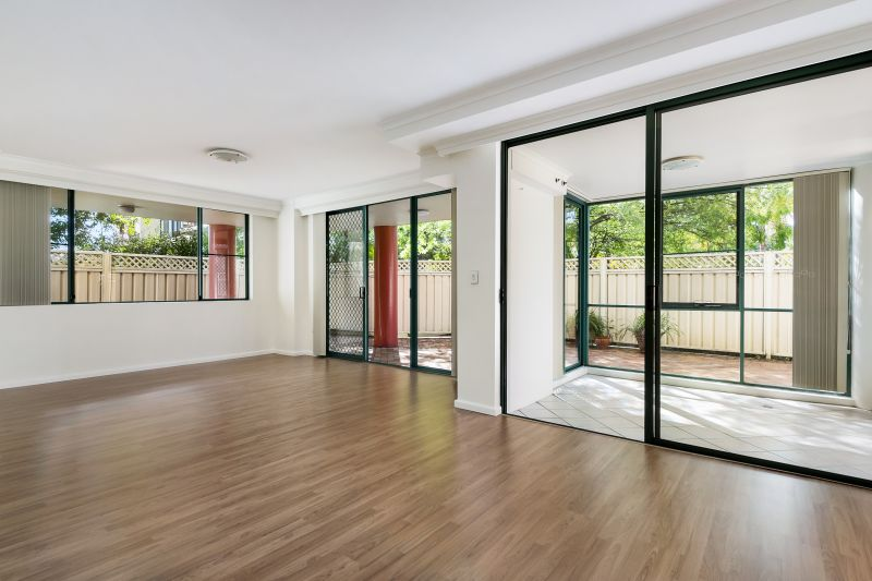 Generously sized, bright 2 bedroom apartment with sun-room and large courtyard