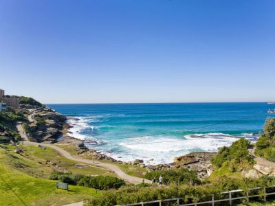 LUXURIOUS OCEANFRONT APARTMENT - UNINTERRUPTED VIEWS ACROSS MACKENZIES BAY AND BEYOND