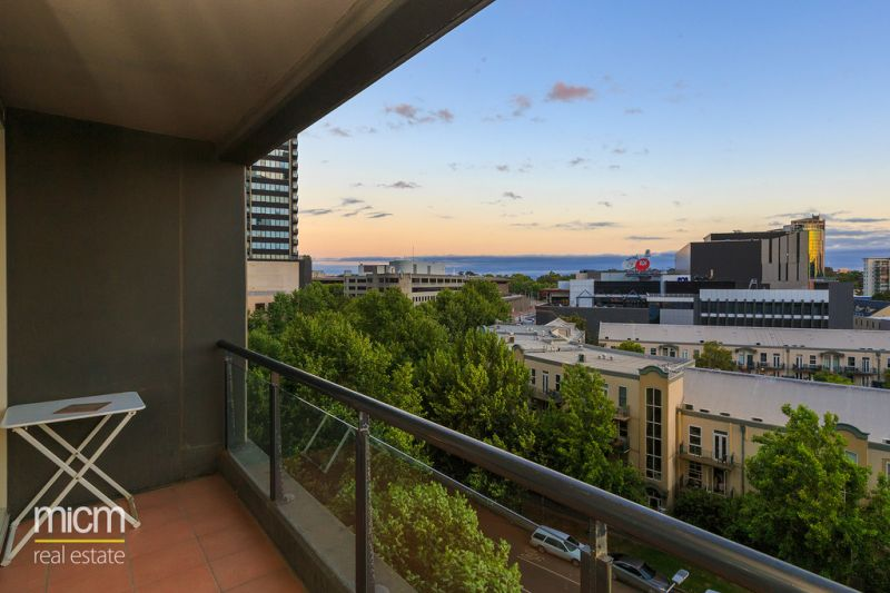 Spacious Entertainer in Southbank Condos with Sweeping Views