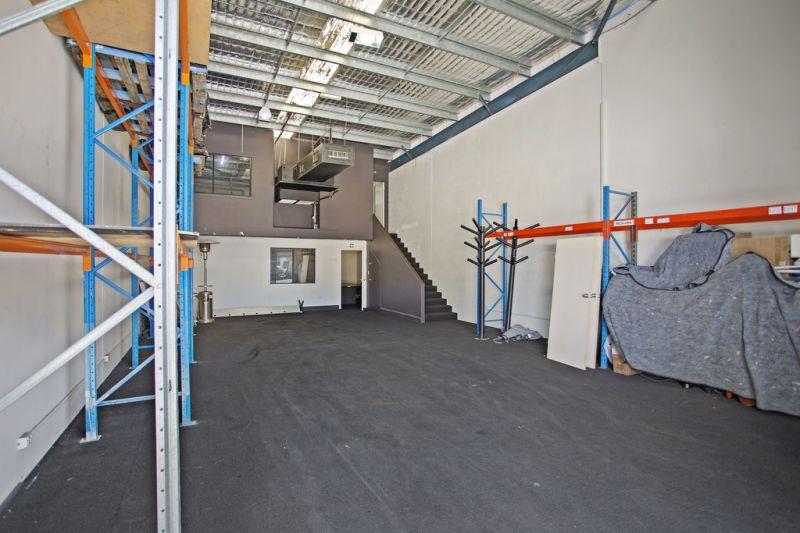 371m2* Modern Industrial Warehouse near M1