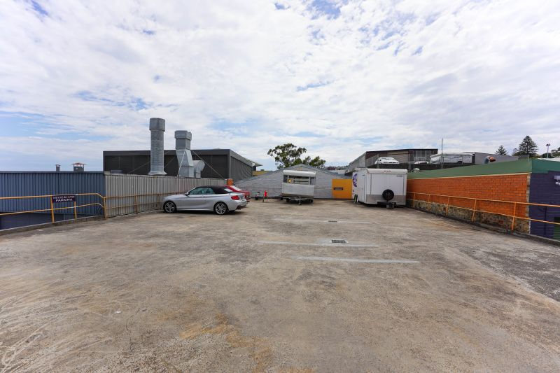 WAREHOUSE WITH HIGH CLEARANCE & WASH BAY