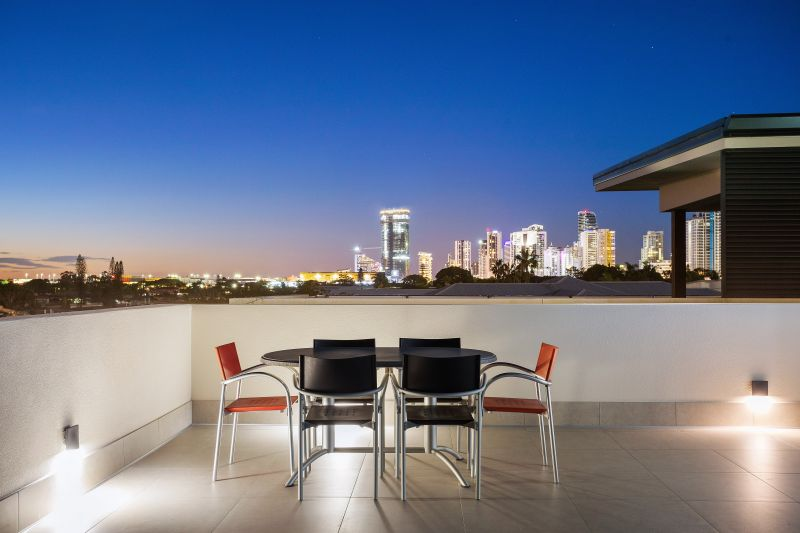 Three Levels of Contemporary Elegance, Moments from the Beach