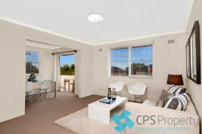 BRIGHT TOP FLOOR TWO BEDROOM RESIDENCE WITH DISTRICT & CITY VIEWS