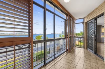 Stunning Renovated Apartment on the Broadwater