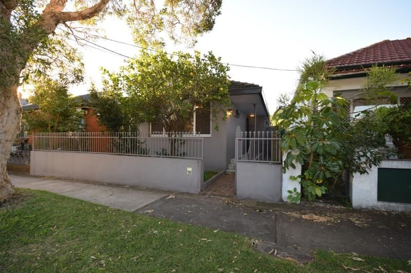 SHORT TERM LEASE ONLY - 3 Bedroom House with Garage - Convenient Location.