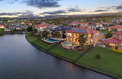 MOVE IN AND RELAX AND SIMPLY EXPERIENCE BURLEIGH WATERFRONT AT ITS BEST