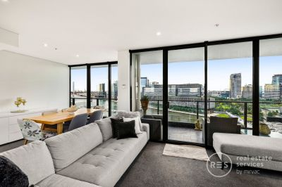 Stunning corner apartment with views of CBD, Yarra River & Port Phillip Bay