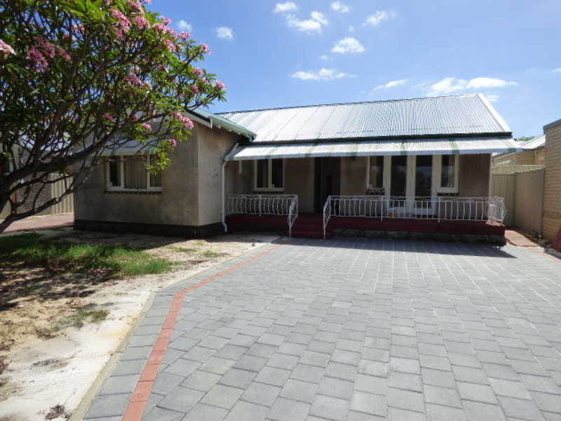 SUPERB LOCATION CHARMING FAMILY HOME