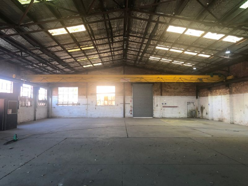 662M2* OFFICE / WAREOUSE WITH EXCELLENT HEIGHT AND DUAL FRONT ROLLER DOOR ACCESS