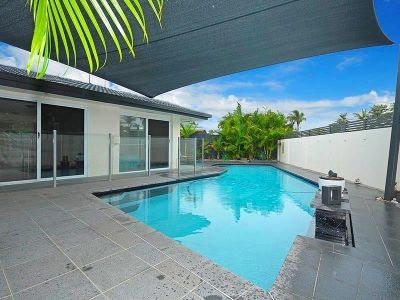 Renovated House in Florida Gardens with a Pool