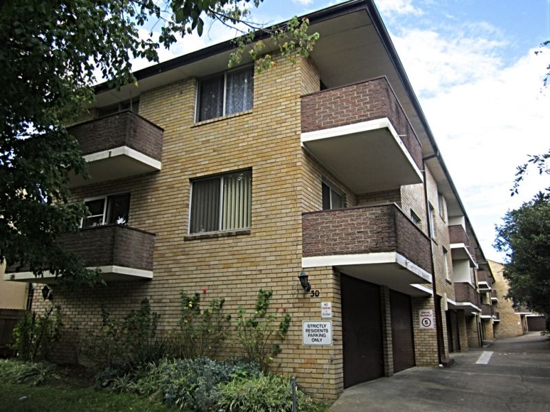 Superbly located 2 bedroom unit!