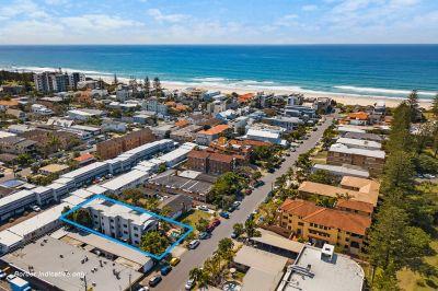 Stylish Beachside Apartment off Famous Hedges Avenue