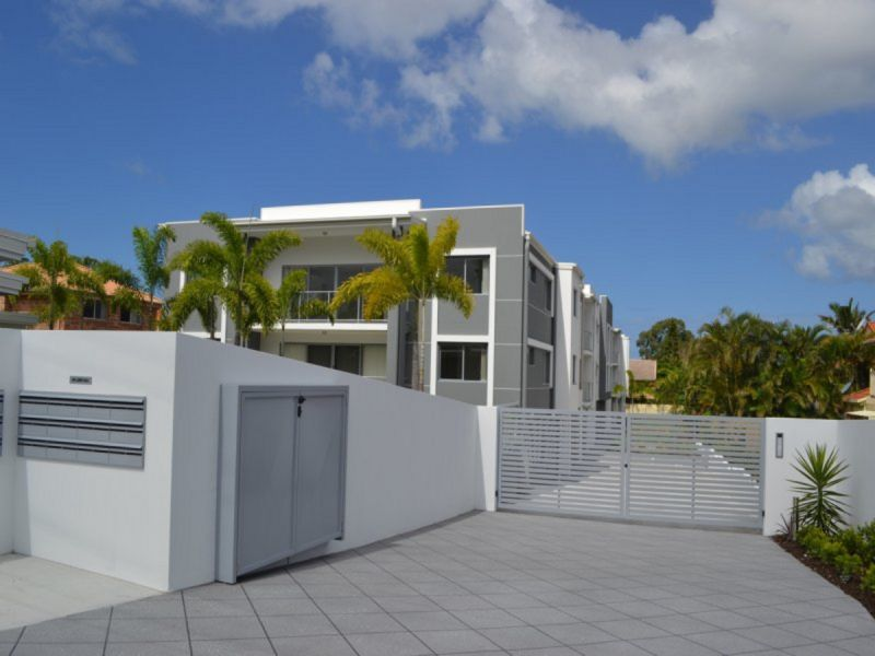 MODERN - AS NEW UNIT CLOSE TO RUNAWAY BAY