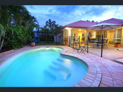 Spacious Family Home with a Pool and Air-Conditioning!!