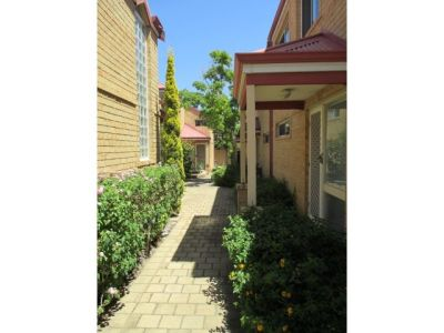 LOVELY TOWNHOUSE IN QUIET COMPLEX!