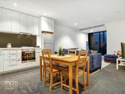 Australis: Bright and Spacious One Bedroom in the Heart of Melbourne!