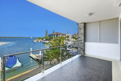 Stunning N/E Waterfront Unit Bridge Free access to the Broadwater