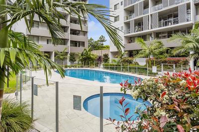 Modern & Spacious 2 bedroom Apartment with Courtyard
