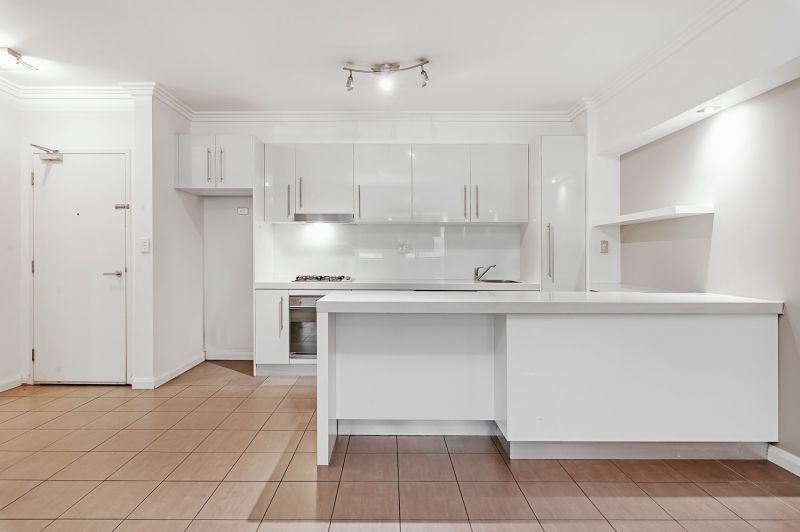 Spacious apartment close to station, Westfield and quality schools