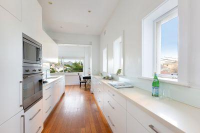 Sophisticated Art Deco Apartment in Exclusive Harbourside Locale
