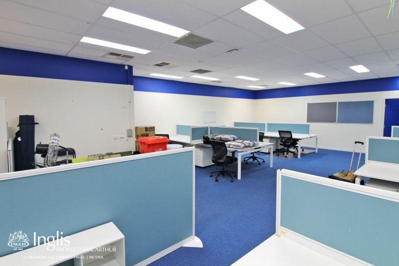 MODERN GROUND FLOOR OPEN PLAN OFFICE / SHOWROOM IN CENTRAL NARELLAN