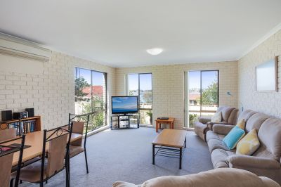 Lake views & located in central Merimbula