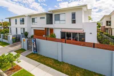 The Size of a House Without the Maintenance - Large 28sq Luxury Duplex Close to Water