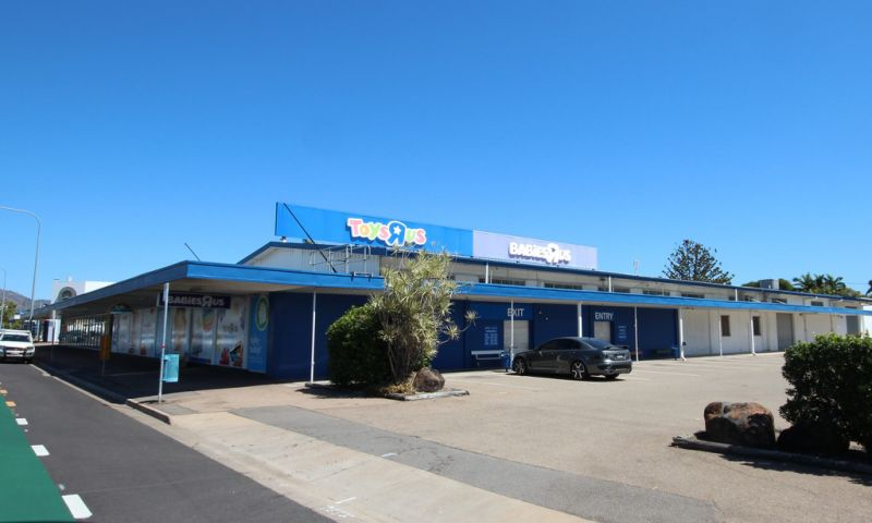 Unique Retail / Showroom Opportunity With Attached Warehouse - Sale / Lease
