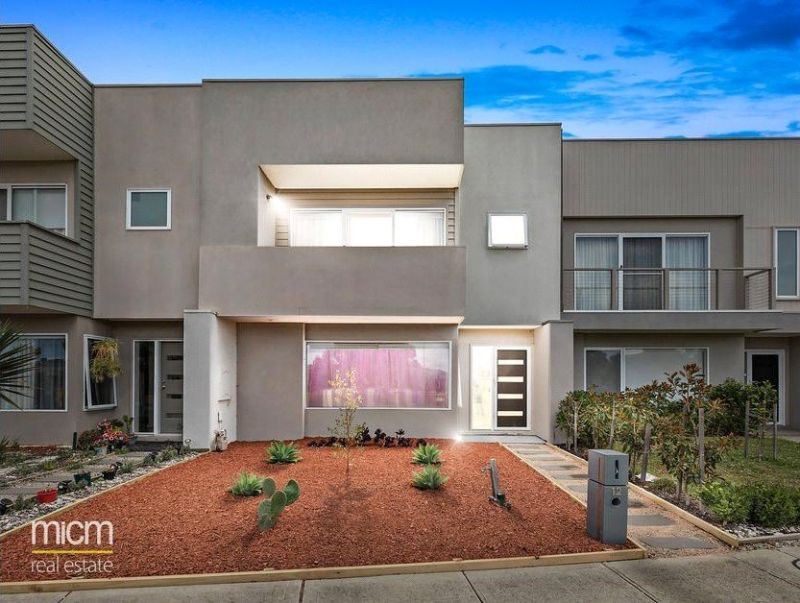FIRST CLASS TENANT WANTED! Stylish Three Bedroom Townhouse!