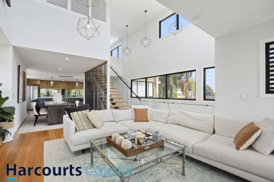 Stunning Modern Architecturally Designed Home- 400 Meters to The Beach!!