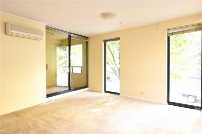 Parkside: 1rst Floor - Modern and Spacious Apartment in South Melbourne!