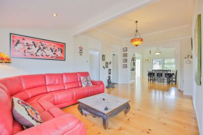 OUTSTANDING PRIVATE QUEENSLANDER WITH POOL IN TOP LOCATION!