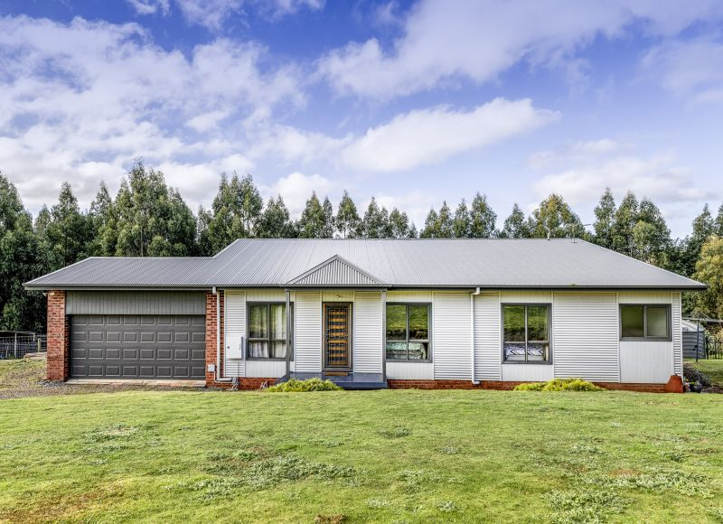 STYLISH FAMILY HOME CLOSE TO TOWN