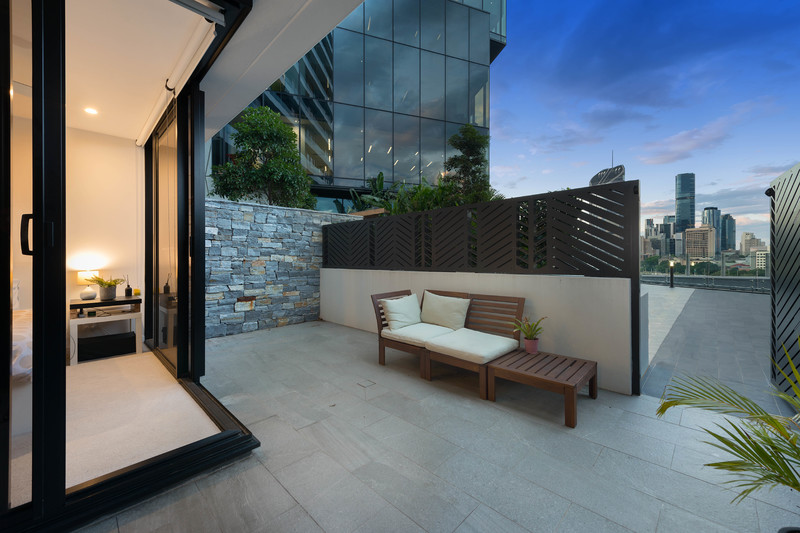 Large 75m2 Courtyard Apartment with City Views
