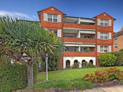 Excellent top floor apartment with park views