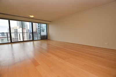 Melbourne Tower: Light Filled Renovated 3 Bedroom Apartment - with Floorboards!