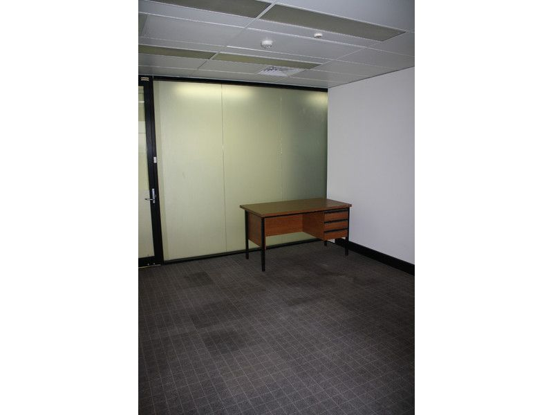 25m2 SMALL CARPETED OFFICE IN ADELAIDE STREET