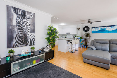 MODERN APARTMENT ONLY METRES FROM THE BEACH