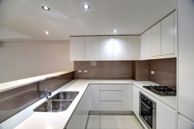 7 years old  118 sqm solid full brick apartment, whole house can't find any plasterboard wall.