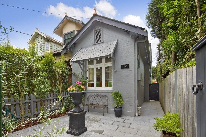SUPERB FAMILY HOME - STROLL TO PARKS AND BONDI JUNCTION.