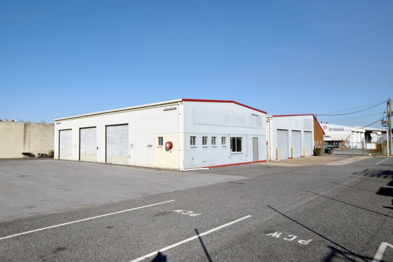 :: QUALITY 200m2 INDUSTRIAL SHED WITH GENEROUS COMMON AREAS + OFFICE STREET PARKING
