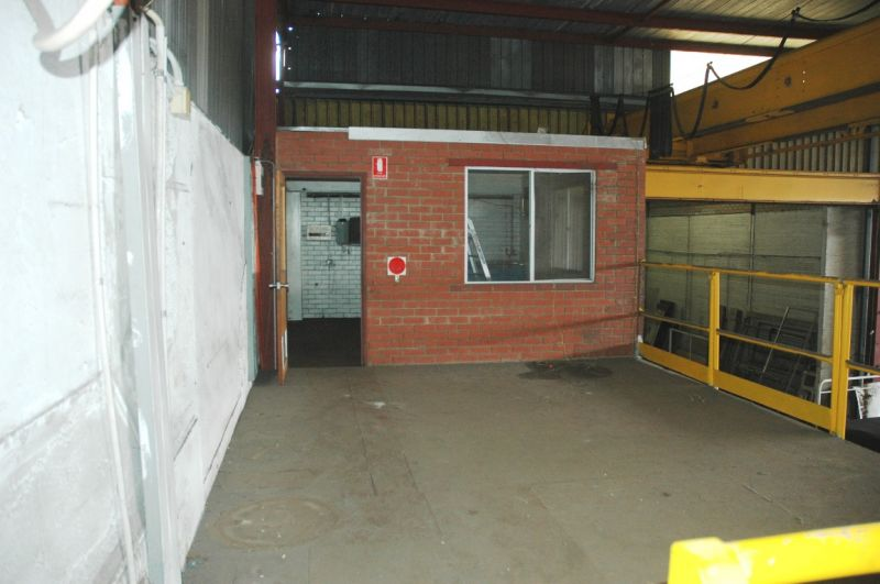Well located office/factory/workshop with signage opportunity