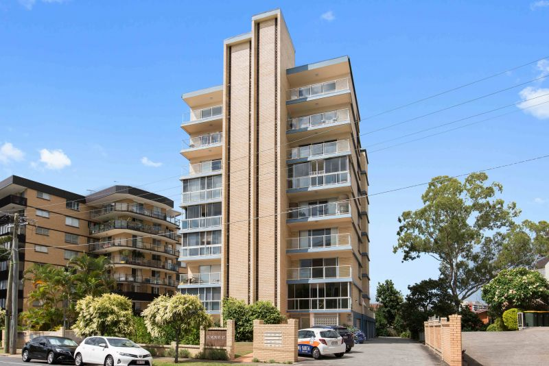 Spacious 3 bedroom apartment with lock up garage  !