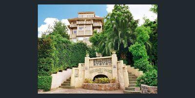 Beverley Hills Apartment in Garden Setting