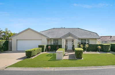 Robina Quays Family Residence  32m Street frontage