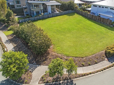 Land on your feet with this Superb 860sqm corner allotment!