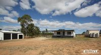 ATTRACTIVE NEAR NEW MODERN HOME - 21 ACRES - DONGA