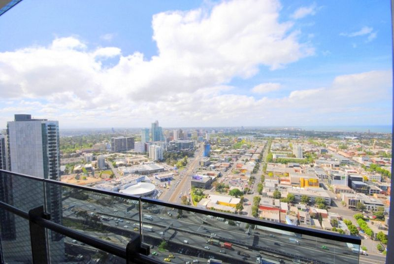 Mainpoint: 40th Floor - Two Bedroom Apartment in A Perfect Location!