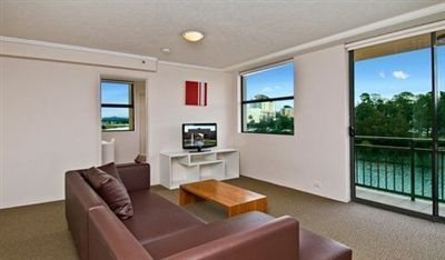 LAKEFRONT SPACIOUS 2 BEDROOM APARTMENT